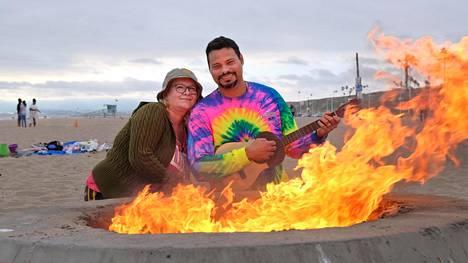 Aviopari Joel ja Tiina Castillo ottivat varaslähdön Juhannuksen viettoonsa Dockweiler Beachilla Los Angelesissa.