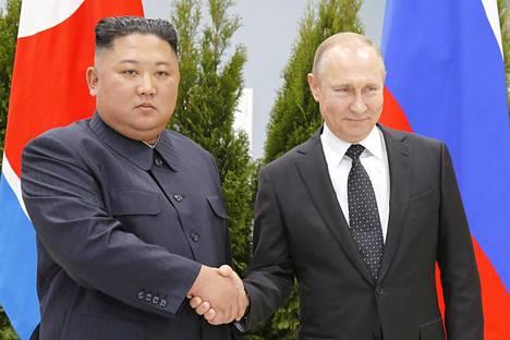 Kim oli virallisessa kättelykuvassa kivikasvoinen, Putin muikea.