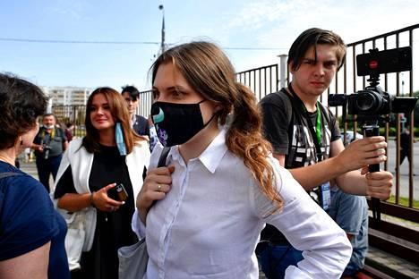 Anna Pavlikova odottamassa tuomiota oikeustalon edustalla torstaina.