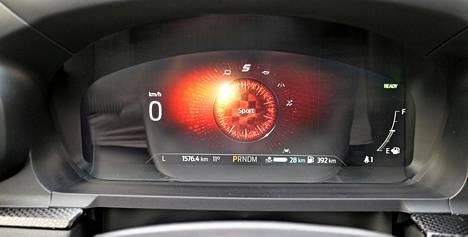 Keskikonsolin valitsimesta löytyy seitsemän ajotilaa. Sport-ajotilan valinnan jälkeen mittariston keskusta leimahtaa punaiseksi.
