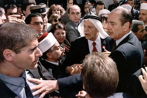 Jacques Chirac työnsi israelilaista turvamiestä loitommalle vieraillessaan Jerusalemin Pyhän Annan kirkossa lokakuussa 1996.