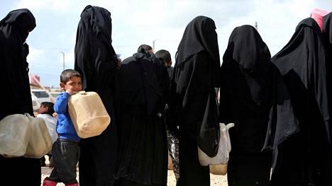 Naiset jonottivat polttoainetta elokuussa Al-holin leirilä.