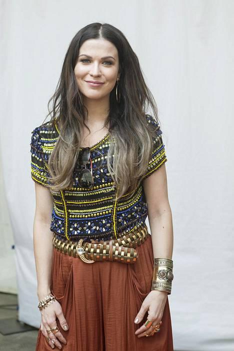 2015 laulajan hiuksissa nähtiin trendikäs liukuvärjäys.