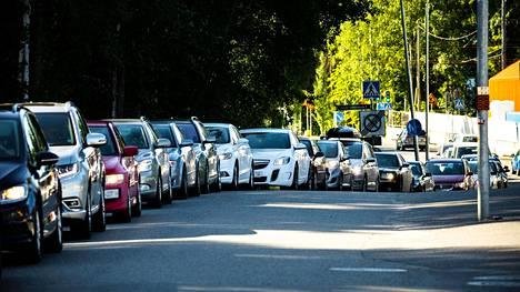 Autoilijat jonottivat maanantaiaamuna Tampereella Kaupin drive in -koronatestiin.