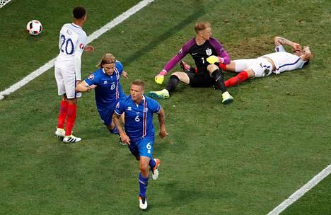 Ragnar Sigurdsson (kesk. etualalla) teki Islannin 1–1-tasoituksen Englantia vastaan sivurajaheiton jälkeen.