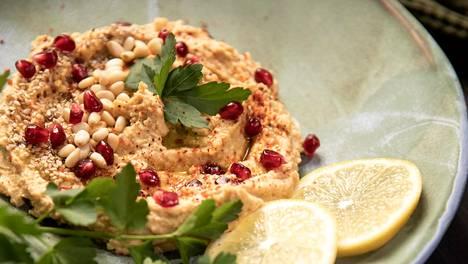Hummusta voi käyttää monella tavalla: se maustaa salaatit, sopii dipiksi, lämpimän ruoan lisukkeeksi ja maistuu levitteenä leivällä.