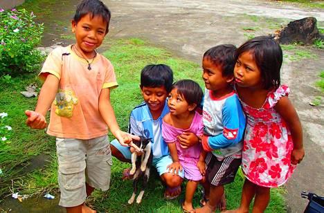 Susanna Pätäri järjestää 2–4 kertaa vuodessa isoja, ilmaisia kissaklinikoita. Paikalliset lapset toivat kissansa klinikalle steriloitavaksi.