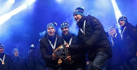 Jesse Puljujärvi (vas.), Sebastian Aho ja Patrik Laine tähdittivät Nuorten Leijonien mestarijoukkuetta vuonna 2016.