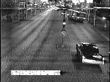 Poliisi julkaisi museoautoista valvontakamerakuvaa. Esimerkiksi alla olevan näköistä autoa poliisi etsi.