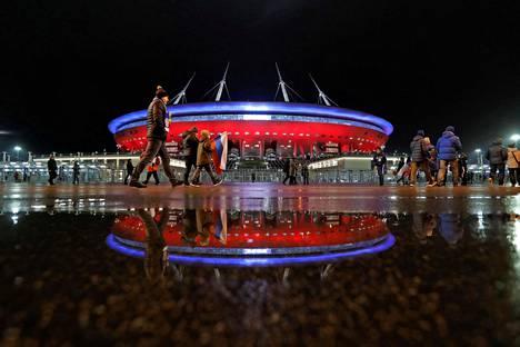 Pietarin stadion marraskuisessa iltavalaistuksessa.