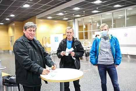 Eero Söderqvist, Pertti Rytkönen ja Kalle Rytkönen seuraavat lentopalloa aktiivisesti.