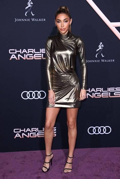 Näyttävä mekko ei vaadi parikseen kuin hillityn kampauksen ja yksinkertaiset kengät.
