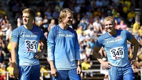 Lassi Etelätalo (kesk.) ja Toni Kuusela (oik.) kisasivat viimeisestä MM-paikasta. Oliver Helanderilla paikka on jo.