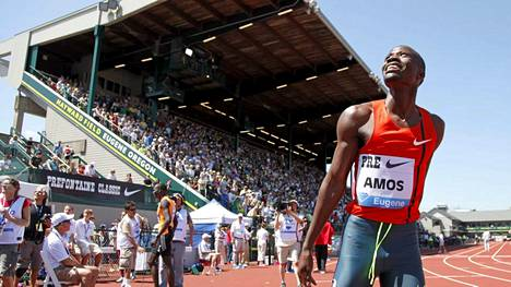 Nijel Amos juhlii voittoaan.