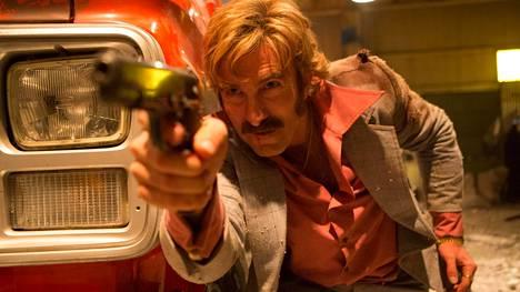 Eteläafrikkalainen asekauppias Vernon (Sharlto Copley) menettää Free Fire -elokuvan varastossa hermonsa.