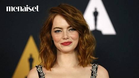 Näyttelijä Emma Stone suosii pitkää polkkaa.