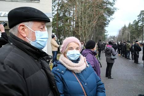 Tuomas Gerdtiä hautajaisia seuranneet Erkki ja Mirjaleena Pekkanen ovat itsekin sotaveteraanien lapsia.