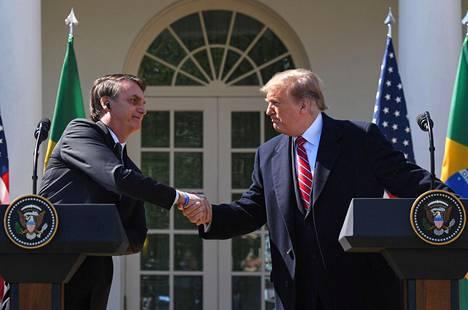 Bolsonaro tapasi Trumpin 19. maaliskuuta. Pian vierailun jälkeen useilla Brasilian delegaatioon kuuluneilla todettiin koronavirustartunta.