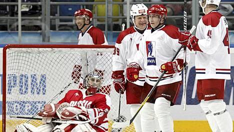 Venäjän presidentti Vladimir Putin (toinen oik.) juhlii maalia joukkuetovereidensa kanssa.