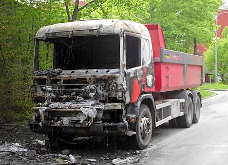 Tämä kuorma-auto poltettiin Tukholman Husbyssä torstain vastaisena yönä.