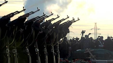 Kalashnikov-rynnäkkökiväärit olivat näyttävästi esillä Mihail Kalashnikovin hautajaisissa.