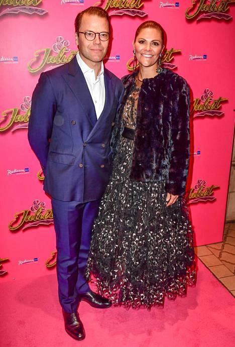 Kruununprinsessa valitsi tilaisuuteen ylleen Giambattista Vallin H&M-malliston luomuksen ja trendikkään takin.