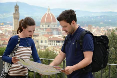 Kartta kädessä kulkevia, ilmiselviltä turisteilta näyttäviä, turisteja paheksutaan.
