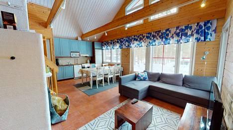Loma-asunnossa on kaksi makuuhuonetta, parvi, uudehko kylpyhuone ja sauna ja erillinen vessa löytyy myös asunnosta. Se myydään kalustettuna.