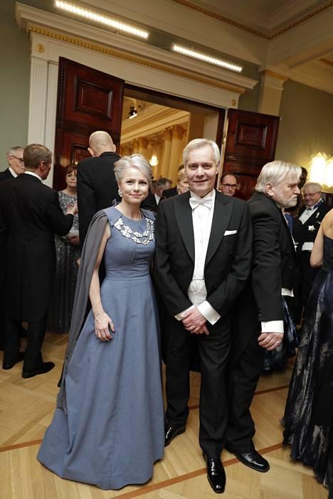 Ex-pääministeri Antti Rinteen puoliso Heta Ravolainen-Rinne edusti sinisessä, viittamallisessa iltapuvussa.