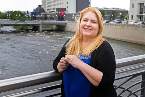 Pia Laine Renon halki virtaavan Truckee-joen sillalla. Toisin kuin elokuvan Sopeutumattomat Marilyn Monroe, Pia ei heittänyt eroon päättyneen ensimmäisen avioliittonsa vihkisormusta jokeen, vaan myi sen.