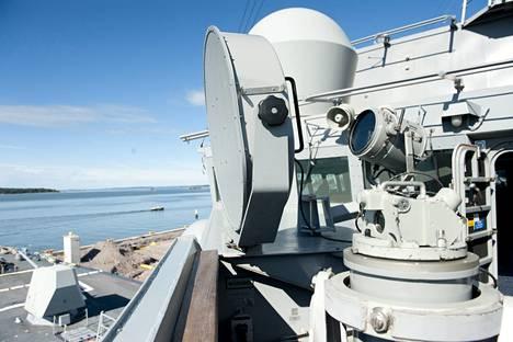 Laivalla on myös vähemmän tappavia itsepuolustusjärjestelmiä. Tunkeilijoita voi hätistää myös kaiuttimen ja mikrofonin avulla.
