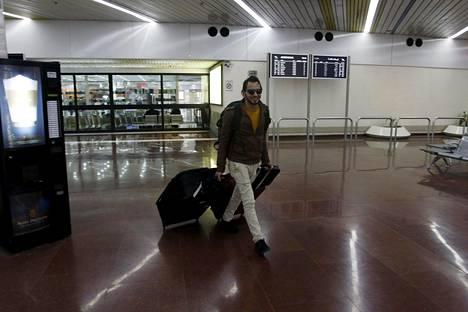 Suomesta saapunut turvapaikanhakija Bagdadin lentokentällä torstaina.