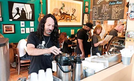 Los Angelesin Valley Villagen kaupunginosassa sijaitsevasta SteamPunk-kahvilasta on tullut W.A.S.P:in epävirallinen tukikohta yhtyeen levyttäessä lähellä olevassa Horse Latitudes -studiossa.