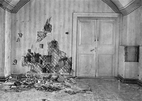 Tässä kellarihuoneessa tsaariperhe ammuttiin. Seinä revittiin rikki 1919 etsittäessä luoteja ja muita todisteita.