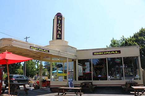 Chuck Hellmanin omistama huoltoasema Portlandissa on suojelukohde. Siinä sijaitsee nykyisin pizzeria.