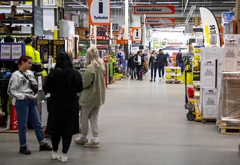 Myös joissain kaupoissa on ollut ajoittain paljon väkeä. Kuvassa asiakkaita rautakaupassa Tammistossa 19.4.