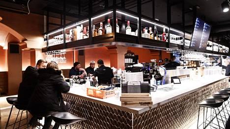 Asiakkaita ravintola Fat Lizardissa Kaivopihan ravintolakäytävällä Helsingissä. PAMin puheenjohtaja vaatii ravintolarajoitusten vuoksi tukea ravintola-alan työntekijöille, MaRa yrityksille.