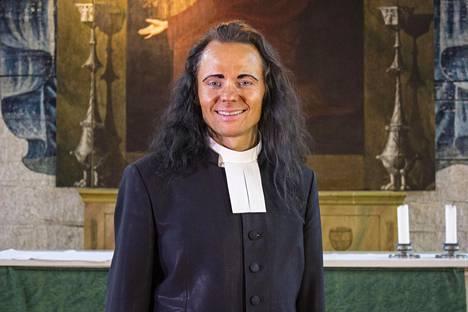 Vesilahden kirkkoherra Harri on löytänyt sisäisen naiseutensa.