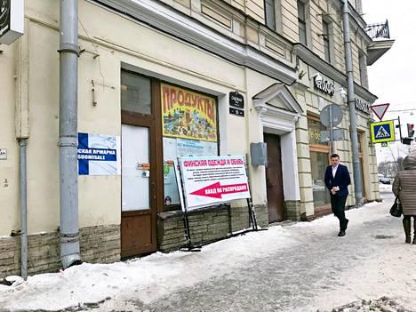 Suomisale-markkinat vuokraavat eri puolelta Pietaria tilapäisiä liikepaikkoja päiväksi. Näin pakoillaan viranomaisia ja luodaan kuva ainutlaatuisesta tilaisuudesta ostaa halvalla.