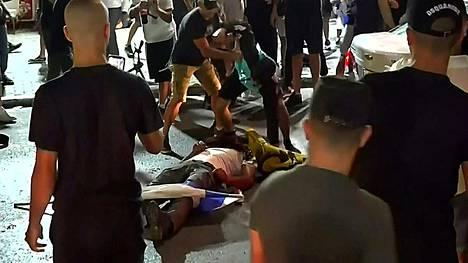 Äärioikeistolaisten juutalaisten pahoinpitelemä mies makasi kadulla Bat Yamissa lähellä Tel Avivia keskiviikkoiltana.