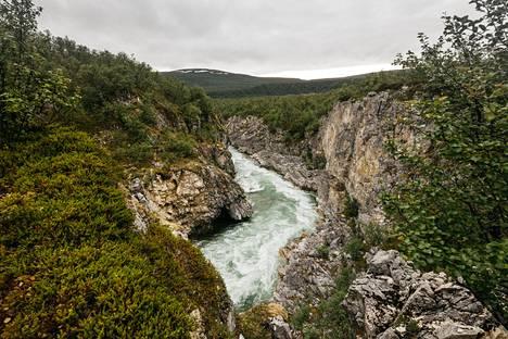 Smaragdinvihreä Børselva-joki virtaa läpi huikaisevien maisemien.