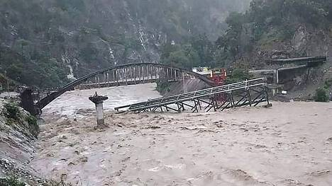 Rakennettava silta romahti rankkasateiden seurauksena Chalthissa, Intiassa 19. lokakuuta.