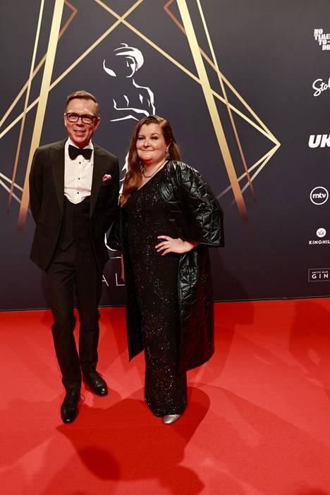 Jenni Toivoniemi (oik.) ohjasi Seurapeli-elokuvan, joka on ehdolla vuoden parhaaksi elokuvaksi.