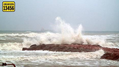 Tyrskyt löivät raivolla rantaan Torreviejassa.