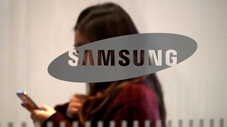 Samsungin logo yhtiön toimitalossa Etelä-Korean Soulissa.