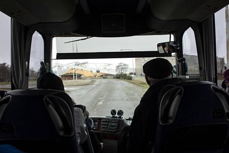 Halukkaat pääsivät kurkistamaan Pajusaaren tehdasaluetta bussin ikkunoista.