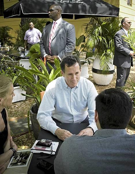 Rick Santorum vastasi toimittajien kysymyksiin Toro Saladossa.