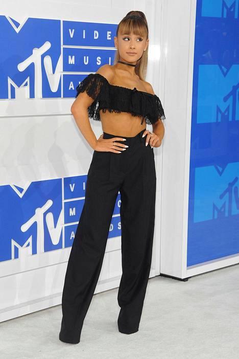 Laulaja Ariana Granden kaksiosainen asu paljasti solakan vartalon.