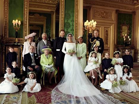 Virallisessa hääpotretissa olivat hääparin lisäksi tietysti kuningatar Elisabet ja prinssi Philip, prinssi Charles ja herttuatar Camilla, Meghanin äiti Doria Ragland, sekä prinssi William ja herttuatar Catherine. Kuvassa myös morsiusneidot ja sulhaspojat: vasemmalla seisomassa Jasper Dyer, vasemmalla istumassa Brian Mulroney, oikealla prinssi George ja prinsessa Charlotte sekä Rylan Litt ja John Mulroney. Etualalla istumassa Ivy Mulroney, Florence van Cutsem, Zalie Warren ja Remi Litt.