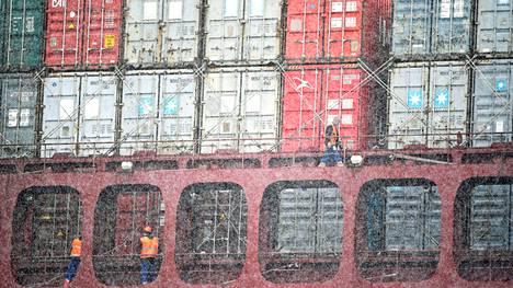 Maersk-yhtiön konttilaivaa lastattiin lumisateessa Hampurin satamassa Saksassa.
